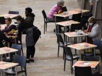 İngiltere'de vakaların üçte biri 'bar ve restoran kaynaklı