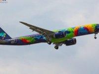 Dünyanın en renkli Embraer uçağı boya reklamı için uçtu