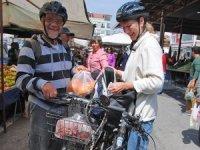 Yerleşik yabancılar alışverişlerini bisikletle yapıyor