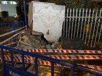 Tarihi çeşmeye araç çarptı büyük hasara uğradı