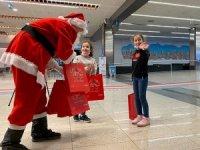 Sabiha Gökçen'de yolculara yılbaşı hediyesi dağıtılıyor