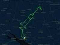 Alman pilot halkı teşvik için gökyüzüne uçak ile aşı çizdi