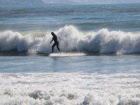 Alanya'da, kısıtlamada denizin keyfini sörfçüler çıkarıyor