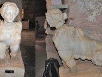 Turistler şeytanı temsil eden Sfenks ile fotoğraf çektirmeyi seviyor