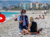 Plajda güneşlenen turiste pasaport kontrolü
