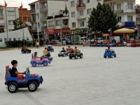 Çocuk Şenliği'nde akülü araba ile bayram sevinci