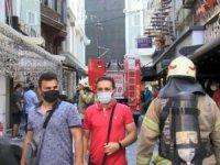 Fatih'te bir otelde yangın çıktı: 2 kişi mahsur kaldı