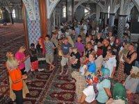 Turistlerin cami ziyaretindeki yoğunluk; Covid 19 hiçe sayıldı