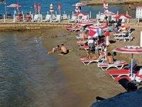 Rus turistler güneşli hava ve denize girmenin keyfini çıkardı