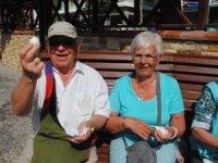 Yürüyüşe çıkan yaşlı turistler güne ''bir'' yumurta ile başlıyor