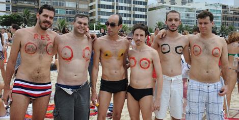 topless-protesto-3.20131223111407.jpg