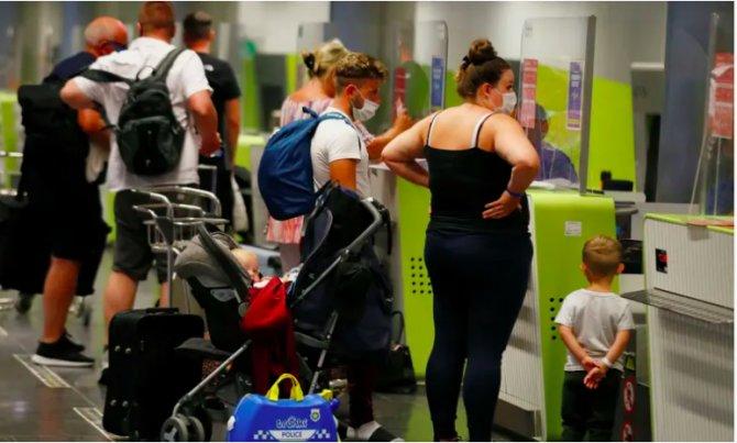 turistler-bavullarini-pazar-gunu-ispanyanin-barselona-kentindeki-katalonya-meydanindan-geciriyorlar.-koronavirus-vakalarindaki-artis,-turizm-sektorunde-rezervasyon-iptali-ve-barselonadaki-bazi-otellerin-kapanmasina-neden-oldu..png